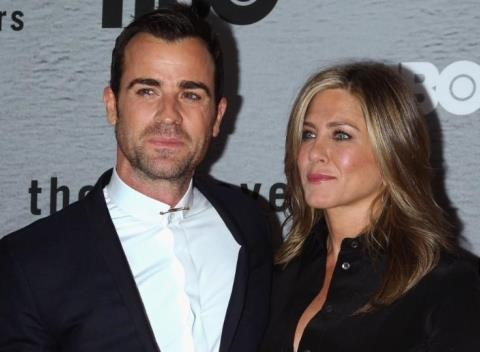 News video: Justin Theroux Pays Jennifer Aniston A Visit During Hair Salon Photo Shoot